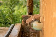 Klep van close-up de Beschimmelde Oude pvc op Vuile Concrete Muur - Groene Tuin stock afbeeldingen