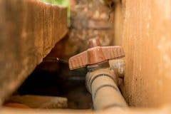 Klep van close-up de Uitstekende Oude pvc op Vuile Concrete Muur stock afbeelding