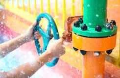 Klep van het handen de open water stock afbeelding