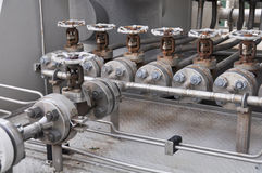 Klepcontrole in turbinesteunbalk Vele klep plaatste voor het proces van de controleproductie en controleert door menselijke, dich Stock Fotografie