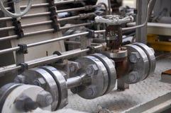 Klepcontrole in turbinesteunbalk Vele klep plaatste voor het proces van de controleproductie en controleert door menselijke, dich Stock Foto's