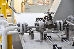 Klepcontrole in turbinesteunbalk Vele klep plaatste voor het proces van de controleproductie en controleert door menselijke, dich Stock Foto