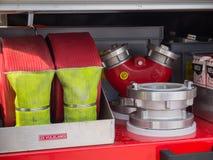 Kleppen en slangen van een moderne Nederlandse brandvrachtwagen Stock Afbeelding