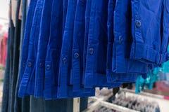 Kleren in blauwe tonen Blauwe overhemden Blauwe kleur Stock Afbeeldingen