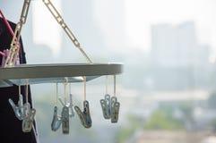Kleren die in achterkamertje hangen Royalty-vrije Stock Foto's