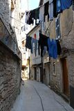 Kleren die in Mediterrane straat drogen royalty-vrije stock afbeeldingen