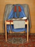Kleren die op een oude stoel hangen Stock Fotografie