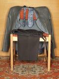 Kleren die op een oude stoel hangen Royalty-vrije Stock Afbeeldingen