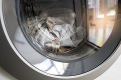 Kleren die in wasmachine schoonmaken Stock Afbeelding
