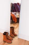 Kleren en schoenen die in de spiegel nadenken Stock Foto