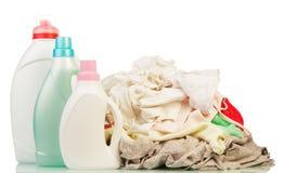 Kleren met detergens en waspoeder Stock Foto's