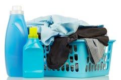Kleren met detergens en waspoeder Stock Afbeelding