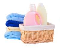 Kleren met detergens in mand stock foto