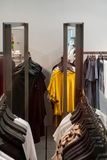 Kleren op hanger in opslag royalty-vrije stock afbeelding