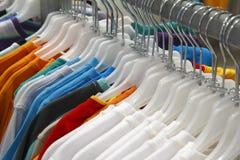 Kleren op hangers Stock Fotografie