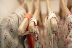 Kleren op Hangers Royalty-vrije Stock Afbeelding