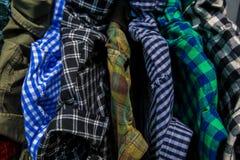 Kleren op opslagplank bij een kledingsafdeling Royalty-vrije Stock Afbeeldingen