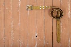 Kleren, schoenen en toebehoren - de Hoogste riem van het meningsleer op een hout Stock Afbeelding