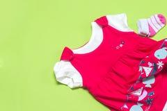 Kleren voor babymeisje op lichte achtergrond De ruimte van het exemplaar stock afbeelding