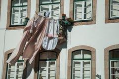 Kleren worden gehangen om voor venster te drogen bij de bouw die royalty-vrije stock fotografie