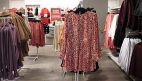 Klerenvertoning in H&M-opslag royalty-vrije stock afbeeldingen