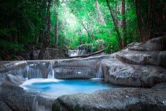 Kletter landschap met Erawan-waterval in tropische boskanchanaburi, Thailand Royalty-vrije Stock Foto's