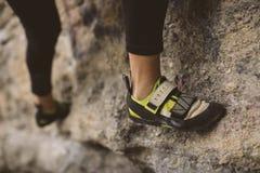 Kletterer, Ansicht von unten mit seinem Fuß stockfotos