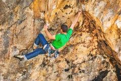 Kletterer auf einem Felsen Stockbild
