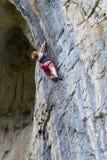 Kletterer der jungen Frau, der in der Höhle klettert stockfotos