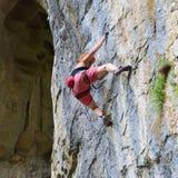 Kletterer der jungen Frau, der in der Höhle klettert lizenzfreie stockfotos