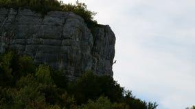 Kletterer klettert den Felsen stock video footage