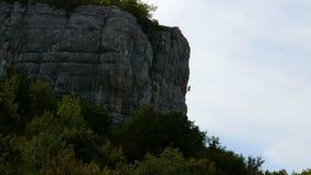 Kletterer klettert den Felsen stock footage