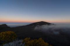Kletterhaken de la Fournaise bei Sonnenuntergang stockbilder