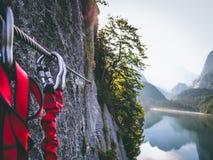Klettern über Ferrata-Abschluss oben in Dachstein mountian lizenzfreie stockfotos