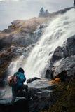 Klettern auf einem Wasserfall lizenzfreies stockfoto