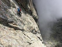 Klettern auf Lomnicky-Spitze Lizenzfreie Stockfotos
