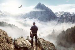 Klettern in den Bergen lizenzfreie stockbilder