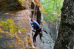 Klettern der jungen Frau Stockbild