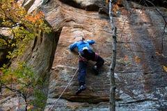 Klettern der jungen Frau Stockfotografie