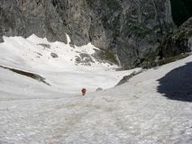 Klettern des Berges mit Schnee Stockfoto