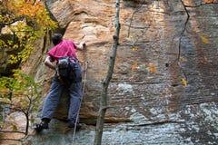 Klettern des jungen Mannes Lizenzfreie Stockbilder