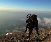 Klettern Sie einen Berg Stockfotografie