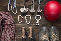 Klettern und Reisezubehör auf dunklem Hintergrund Lizenzfreies Stockfoto