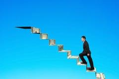 Klettern zur Spitze der Geldtreppe Lizenzfreies Stockfoto