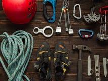 Kletternde Ausrüstung auf dunklem hölzernem Hintergrund, Draufsicht Stockfoto