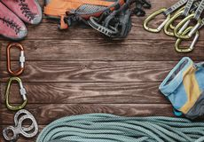 Kletternde Ausrüstung auf hölzernem Hintergrund Lizenzfreies Stockfoto