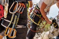 Kletternde Ausrüstung auf Mann Stockfoto