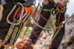 Kletternde Ausrüstung auf Mann Stockfotos