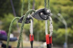 Kletternde Ausrüstung, Befestigen eines grünen Seils mit einem Karabiner Stockfotografie