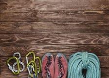Kletternde Ausstattung auf hölzernem Hintergrund Stockbilder